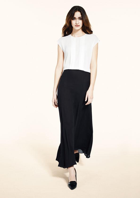 فستان كارا قطعة واحدة مكسي مكون من بلوزة بيضاء مثنية في الأعلى وتنورة سوداء.