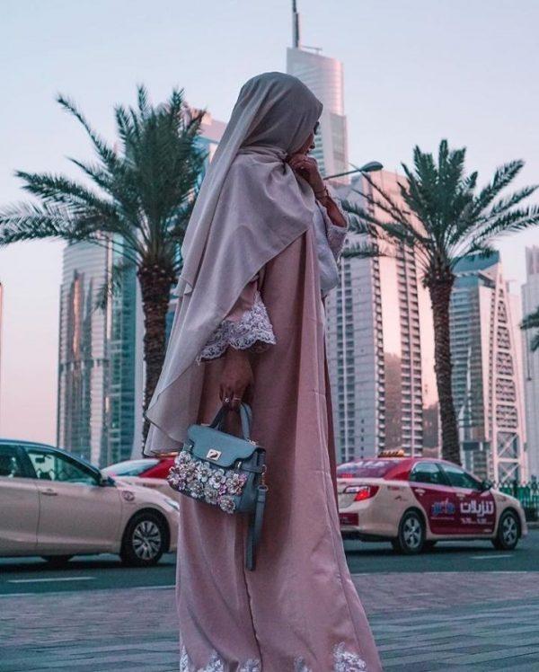 عباءة الشارع المحتشمة
