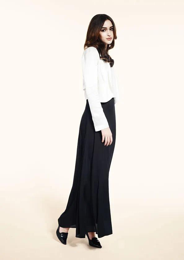 بوليرو كاميلا طول الخصر من الساتان على فستان كارا المكسي.