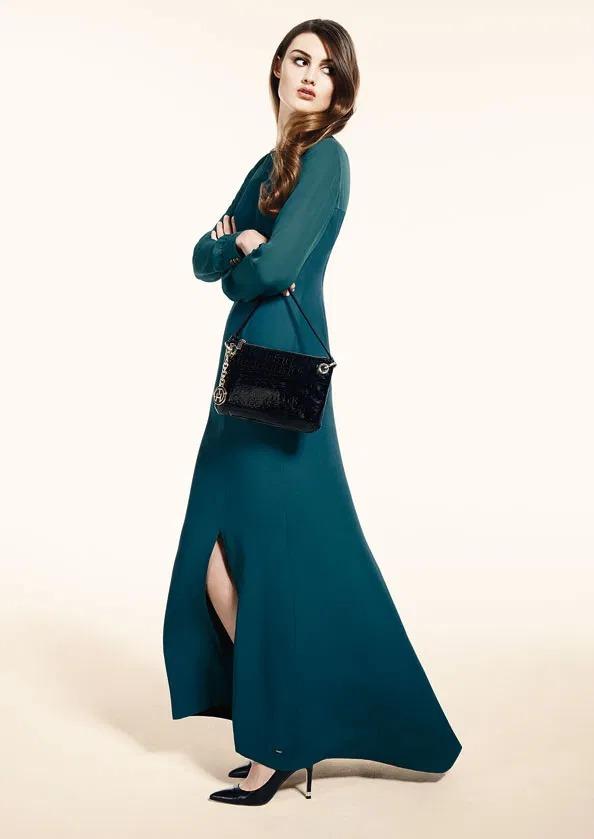 فستان كاميلا مكسي لون أخضر زمردي بأكمام شفافة وفتحة عند الساق.